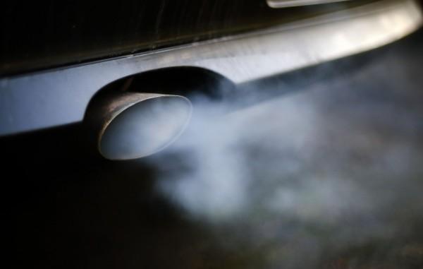 今日BMW宣布,將召回全球超過100萬輛可能釀火燒車意外的柴油車。圖為BMW的排氣管。(資料照,法新社)