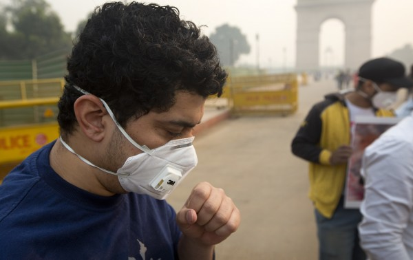 嚴重空污影響,當地居民都需配戴防霾PM2.5口罩。(美聯社)