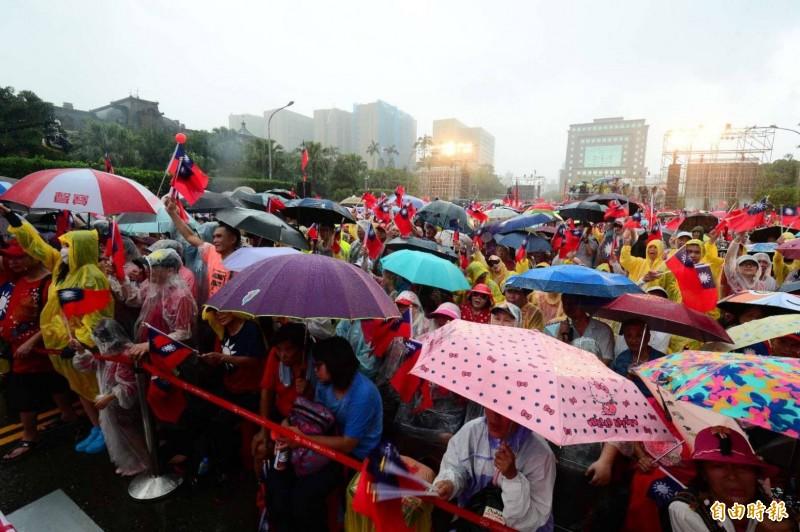 高雄市長韓國瑜的支持群眾今集結凱達格蘭大道舉辦誓師大會,稍早國民黨立委沈智慧上台致詞時特別向「土包子」(韓粉暱稱)們喊話,不料卻誤把「每個包子都醒過來」喊成「每個禿子都醒過來」。(記者王藝菘攝)