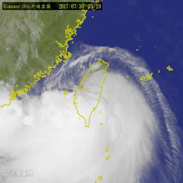 海棠颱風30日下午登陸台灣,據氣象局30日晚間11點半的預報指出,海棠中心位置已來到台南北北東方約50公里處陸地。(圖擷自氣象局網站)