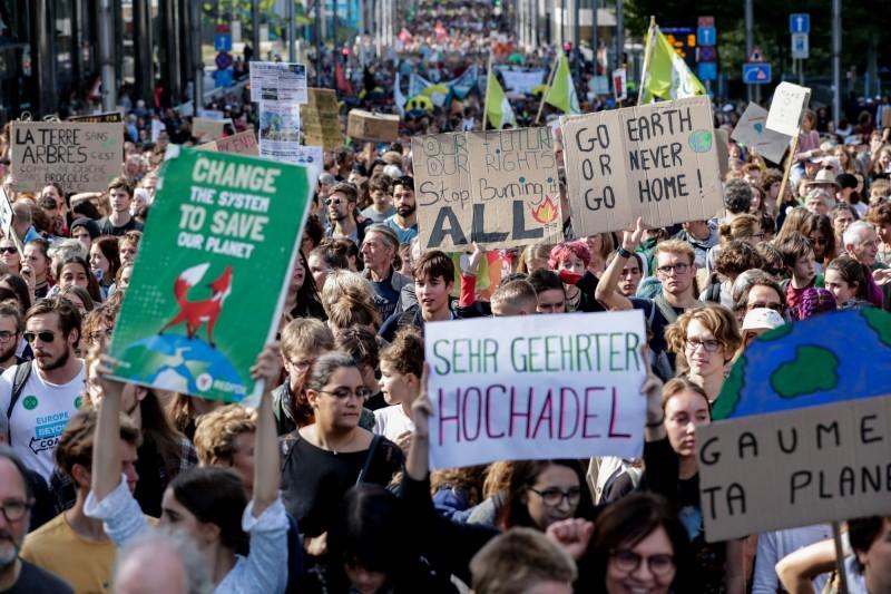 比利時首都布魯塞爾的民眾,響應氣候行動,上街示威。(歐新社)