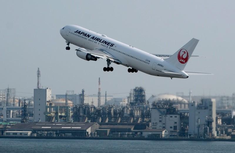 柯羅莎颱風逼近日本,許多航班、鐵路、新幹線紛紛取消、減班因應。(資料照,法新社)