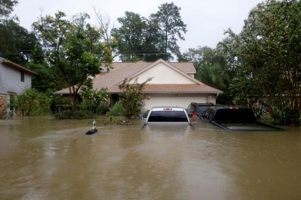 專家憂颶風哈維引發的洪水參雜著污水,恐帶來更高的染病風險,如細菌感染與蚊蟲傳播等,影響將可能持續好幾年。(路透)