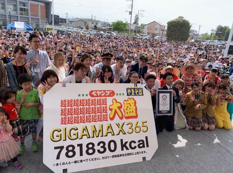 579名參加者合力,才終於把這碗巨型泡麵吃光。(圖擷取自推特@kato_ichika)