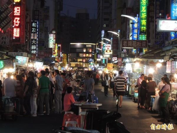 據傳六合、瑞豐兩大夜市部分攤商、停車場趁機發大財,除了吃的漲價。圖為六合夜市。(資料照)
