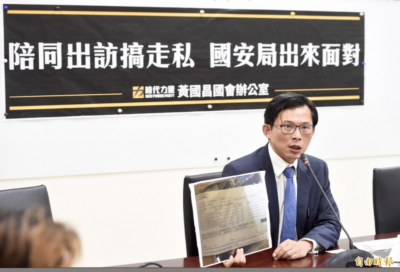 黃國昌今天(22日)召開記者會,爆料國安局官員走私9800條香菸。(記者羅沛德攝)