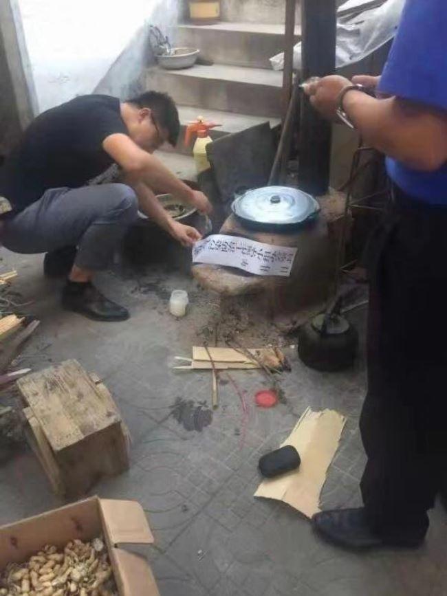中國生態環境部針對這項傳聞,斥責當地政府「病急亂投醫」,為了環保而「一刀切」。圖為被查封的柴灶。(圖取自中國微博)