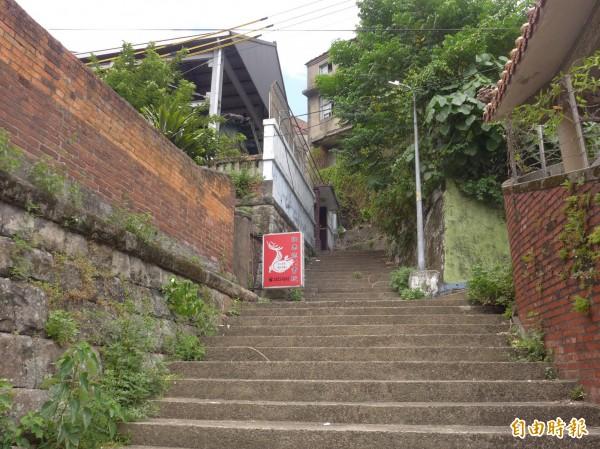 歷史建築淡水日本警官宿舍位於淡水區中正路十二巷內,圖為階梯尚未彩繪的樣貌。(記者李雅雯攝)