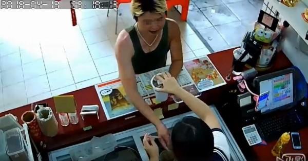 女性民眾今(13)日在臉書社團「爆料公社」指出,自己為高雄市飲料店員工,卻在今天賣飲料給當地1名男子時被他襲胸。(圖擷取自爆料公社)