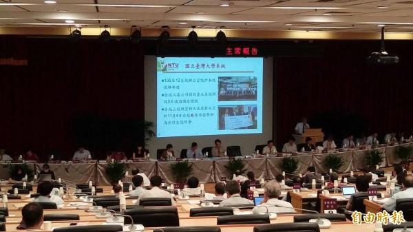 台灣大學今(22)日在校務會議上表示,預計於明年1月7日在校務會議進行意向投票,經校務會議通過後,約3至5年就可確認合併。(記者李盈蒨攝)