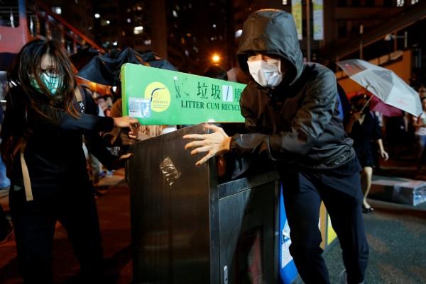 示威者拿回收箱當作路障。(路透)