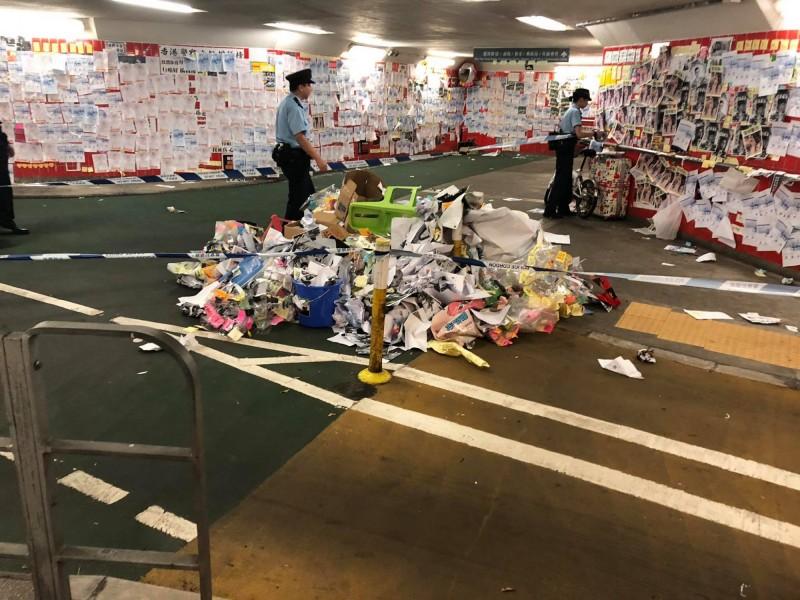 香港警方到場驅趕破壞人士後,拉起封鎖線。(圖擷取自連桷璋Facebook)