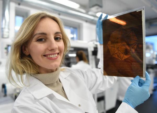 36歲的波蘭物理學家兼女商人馬林科威斯研究出這種新的鈣鈦礦噴墨加工方法,塗有鈣鈦礦的太陽能電池板重量更輕、更靈活、高效能、價格低廉,並具有不同的顏色和透明度。(法新社)
