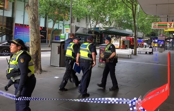 澳洲大城墨爾本市區今下午傳出數起爆炸聲,有車輛起火燃燒,並出現有人持刀攻擊路人狀況,警方封鎖市中心,呼籲民眾撤離。(路透)