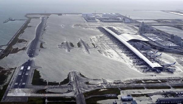 日本關西、北海道地區分別受到颱風及強震影響,根據交通部觀光局統計,行程受影響旅客近4000人,但目前未傳出人員傷亡。圖為關西國際機場遭颱風影響,跑道淹水無法起降。(美聯社)