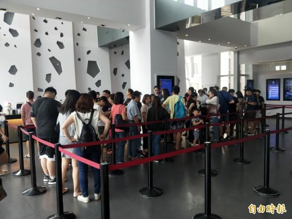 新板商圈百貨公司影城,有不少人排隊買票看電影。(記者何玉華攝)