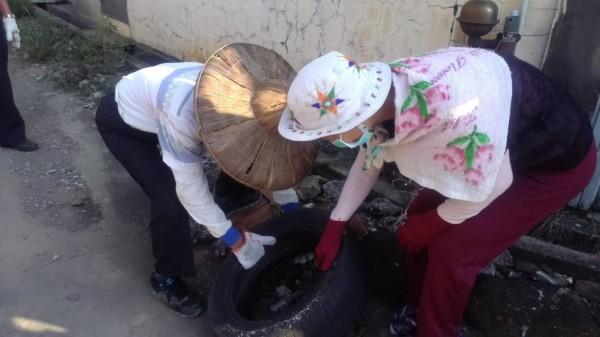 高齡的銀髮志工們,每日都會巡檢積水容器,防止蚊子孳生。(圖擷取自賴清德臉書)