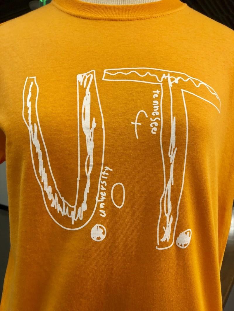 田納西大學新T恤成品圖,目前已狂賣超過5萬件,全數收益都會捐贈給反霸凌組織。(美聯社)