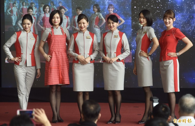 睽違8年,遠東航空今公布第二代空地勤新制服。(記者簡榮豐攝)