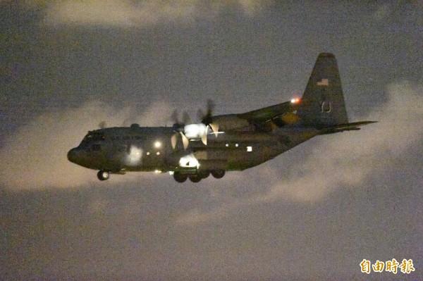 美軍C-130運輸機今晚8點34分飛抵台南機場,尾翼可見明顯的美國國旗塗裝。(記者張忠義攝)
