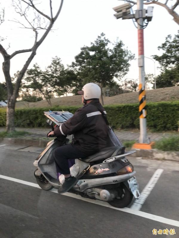 「寶迷機車一哥」莊先生說,基於行車安全,他不會邊騎邊抓寶、打道館,一定會將車停在路邊不妨礙行車的地方,才會使用。(記者廖雪茹攝)