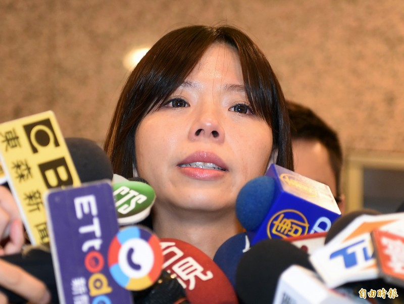 時代力量立委洪慈庸13日下午宣布退黨,在發表聲明時不禁哽咽。(記者朱沛雄攝)