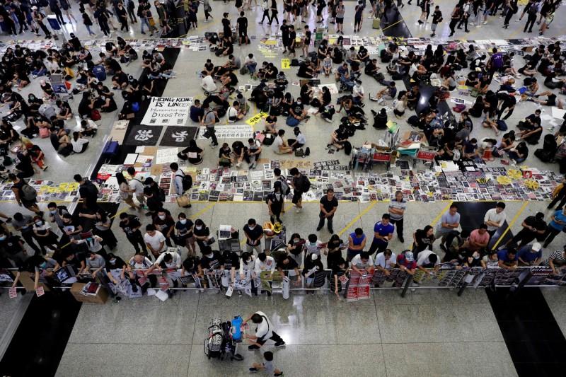 香港機場因反送中抗爭而癱瘓。(路透)