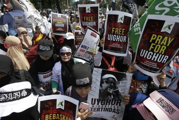 數百名印尼民眾21日前往中國駐雅加達大使館外舉牌示威。(法新社)