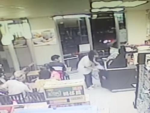 影片中,1名婦人提著超大包的垃圾進入超商,隨後打開超商的垃圾桶將垃圾放入,一走了之。(圖擷自臉書《爆怨公社》)