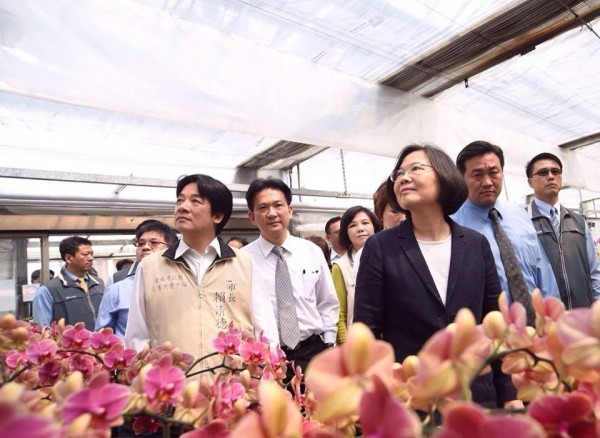 總統當選人蔡英文17日參訪台霖生物科技,了解蘭花產業狀況。(圖擷自蔡英文 Tsai Ing-wen臉書)
