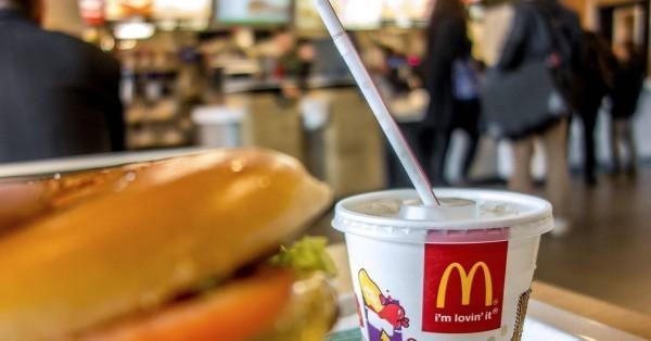 跟麥當勞的紅白吸管說掰掰!為響應減塑政策,麥當勞今(11)日宣布,明日起將開始推行「冷飲就口」,櫃檯不再主動提供吸管,到6月底前,所有門市將全面推行。(法新社)