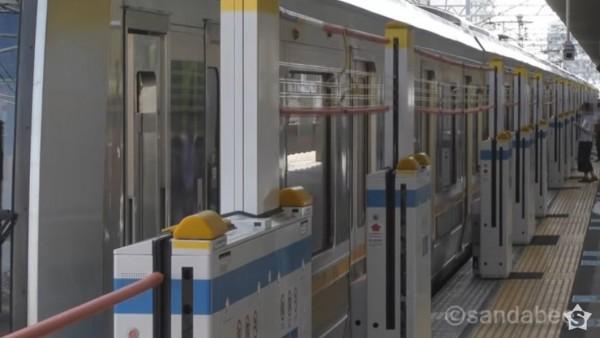 台鐵局擬研發適合的月台門,預計年底在百福站試辦。圖為日本升降式月台門。(圖擷取自YouTube)