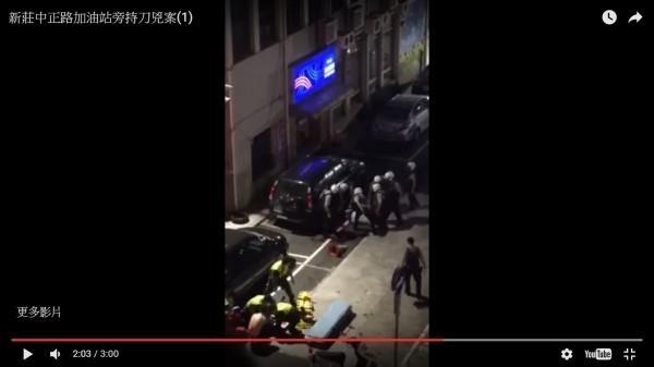 吳姓犯嫌與警方對峙,不讓身中10刀的陳姓前女友送醫,當時多名警力強行壓制(見圖),但陳女仍告不治。(資料照,翻攝自「PTT」)