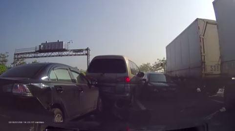 中山高速公路岡山路段,今天下午發生一起連環車禍,也讓該路段車流嚴重回堵,長達10公里。(網友日浘洋羽提供)