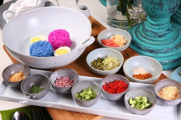 以蝶豆花和紅龍果製作成的雙色米,加入青芒果、糙米等共20種配料拌勻後品嚐,融合泰式經典風味。(記者潘自強攝)