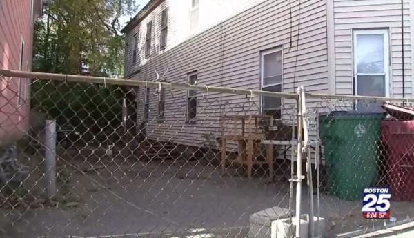 在美國麻州洛厄爾巿(Lowell)當地時間21日,一名7歲男童為撿球,翻進一處養著2隻約45至50公斤的比特犬的圍欄內,卻慘遭活活咬死。(圖擷自《BOSTON25 NEWS》)