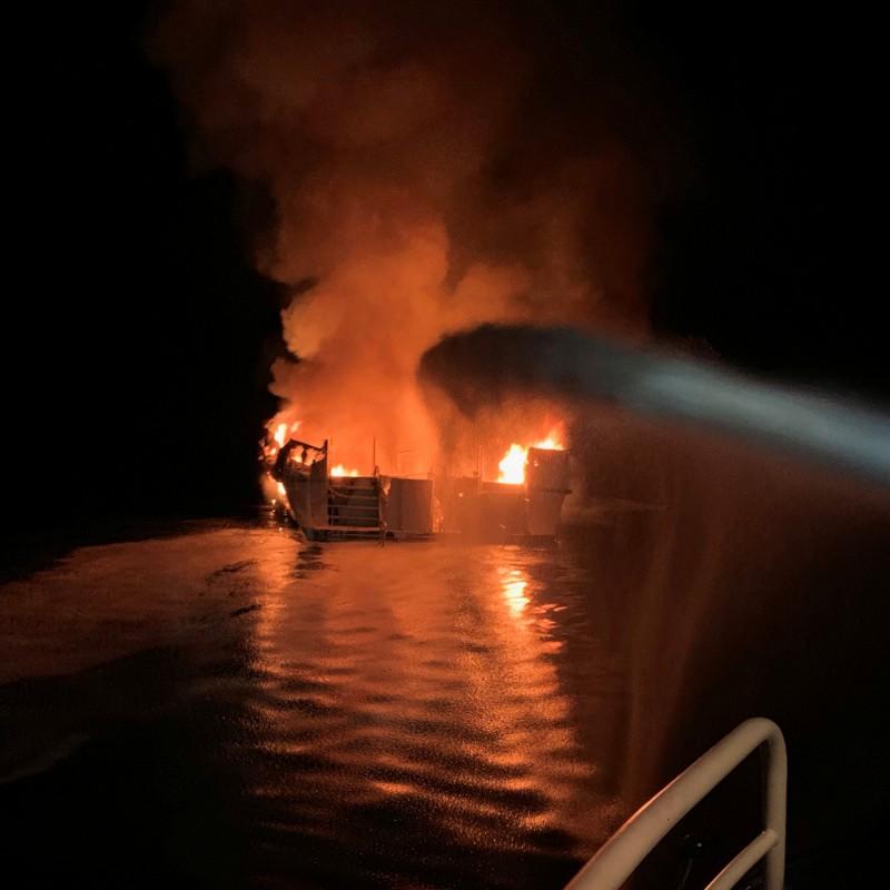 船隻已在當地時間週一上午7點左右沉沒至18公尺深的海底。(路透)