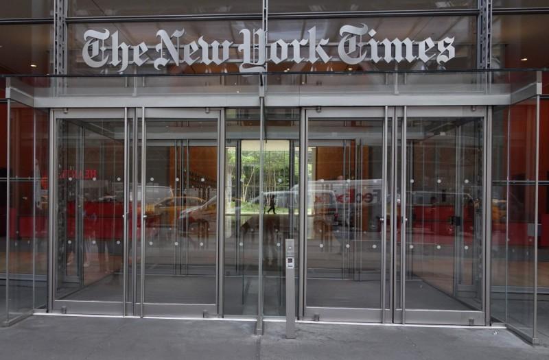 《紐約時報》又被爆出底下員工出現種族歧視言論,一名黑人副主編休斯曾多次在推特上嗆「愚蠢的白人」。(法新社)