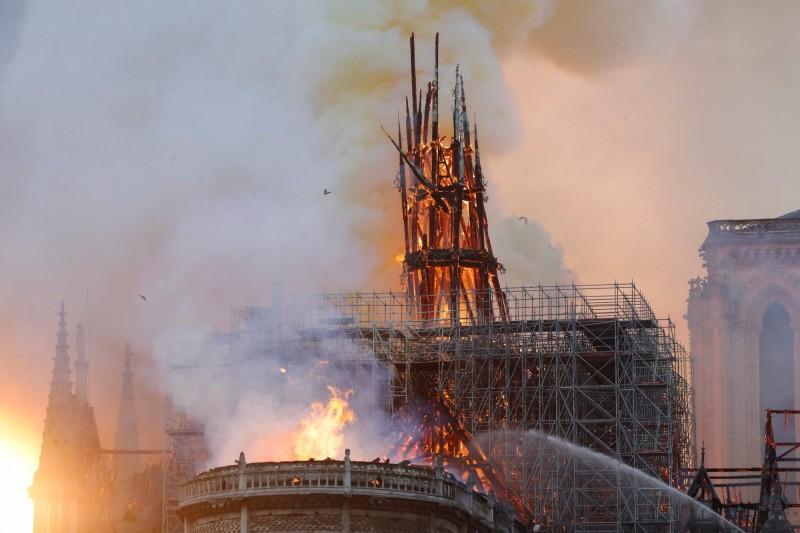 法國巴黎聖母院昨夜發生大火,法國檢方表示,他們在調查之後,初步排除刻意縱火的可能。(法新社)