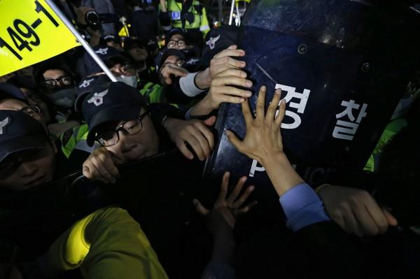 示威者們打撈世越號的要求,日前南韓總統朴瑾惠也曾針對這點表示:「會積極考慮」,但對於一直遙遙無期的承諾,罹難者家屬仍感不滿。(法新社)