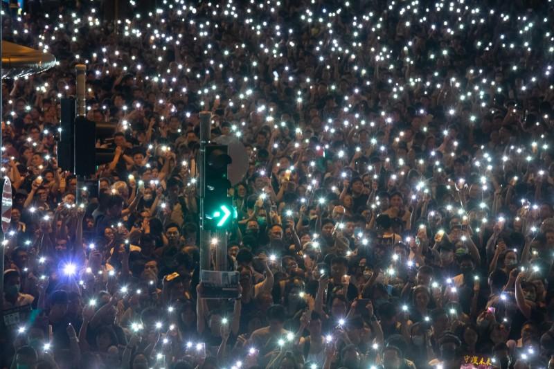 反送中抗爭持續進行,昨(2)日晚間香港中環遮打花園舉行公務員集會,現場民眾以手機亮起燈海,民眾更齊喊:「香港人加油」,據主辦單位指出,總參與人數超過4萬人。(彭博)