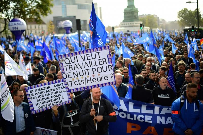 法國警察抗議待遇太差,上街抗議。(法新社)