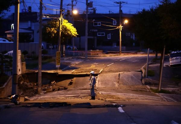 6日凌晨北海道又發生規模6.7強震,引發當地交通大亂。(美聯社)