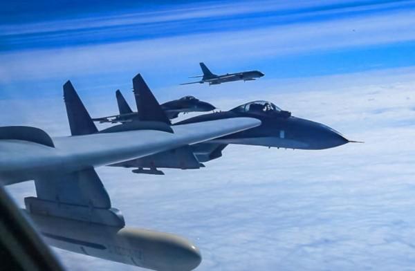 中國解放軍PO出戰機飛越宮古海峽和南海的照片,挑釁意味濃厚。(圖擷自微博)