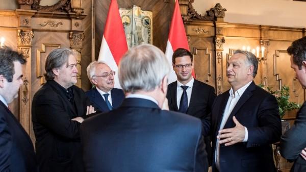 班農(左二)稱讚極右派的匈牙利總理奧班(右二)是反對布魯塞爾官僚主義的「英雄」。(翻攝自推特)