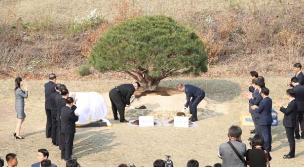 在簽署和平宣言後,文在寅與金正恩展開預訂的植樹儀式,兩人一起共植和平之樹。(路透)