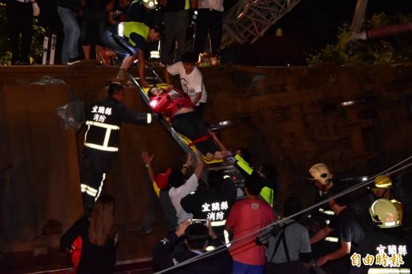 台鐵普悠瑪號列車今天傍晚在宜蘭縣冬山站與蘇澳新站間出軌翻覆。(記者張議晨攝)