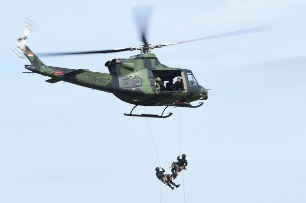 印尼軍在人質營救行動中,帶著警犬跳下直升機進行部署。(法新社)