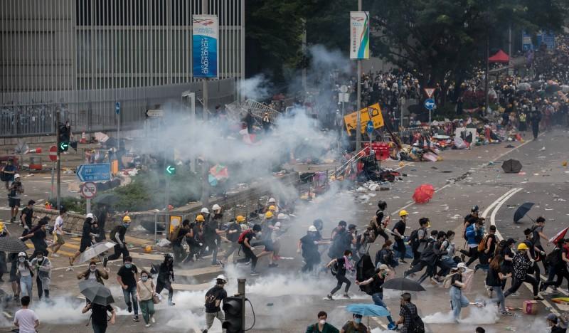 反送中》催淚彈包夾百人逃生無門險釀災 「中信圍困」影片曝光