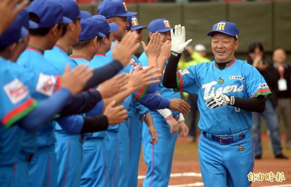 台中東勢高工青棒隊總教練林仲秋(右)被學生指控掐脖。(資料照)